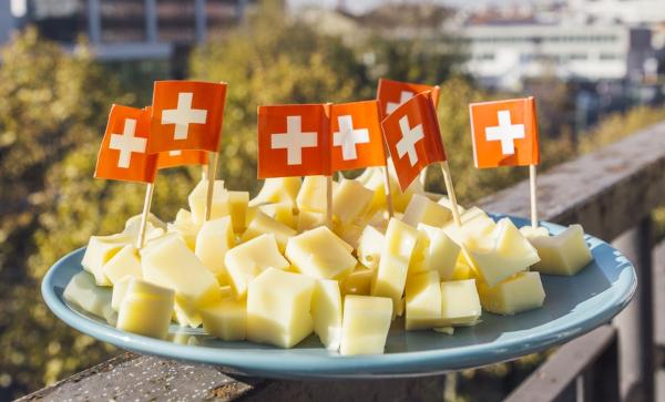 Bandiere svizzere sul formaggio